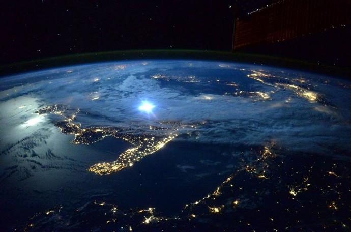 Scott Kelly-moonlight over Italy